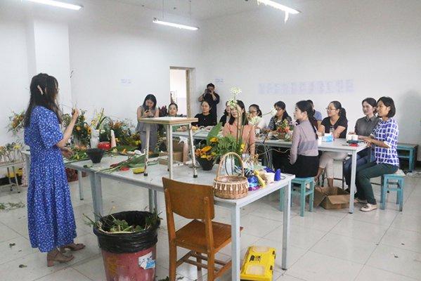 """wo校艺shu传媒学院、工会联合举办""""迎中秋  庆国庆""""花艺沙龙"""